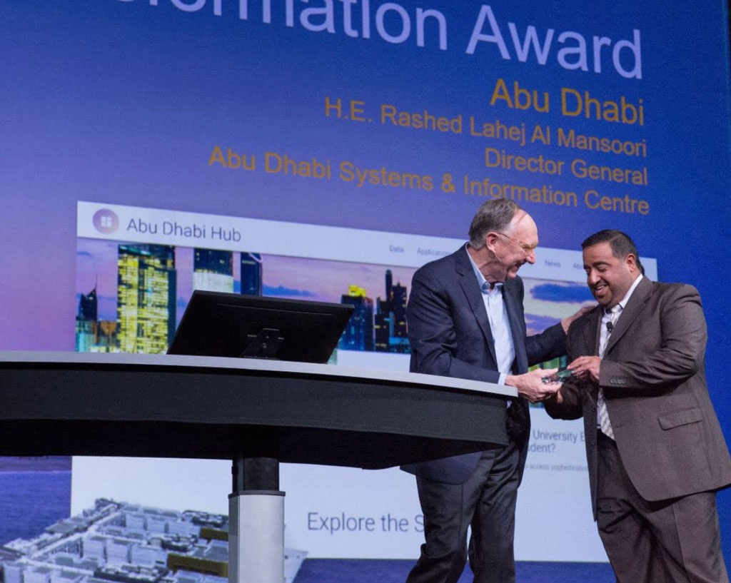 His Excellency Rashed Lahej Al Mansoori accepts the Digital Transformation in GIS Award from Dangermond.