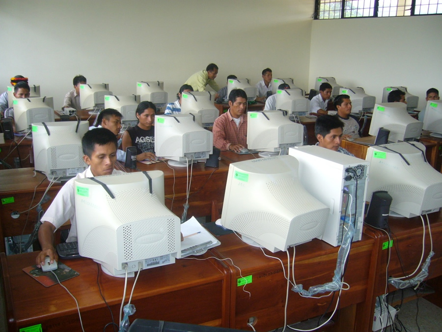 A group of indigenous students learn to use GIS at the AmazonGISnet lab. Photo courtesy of AmazonGISnet.