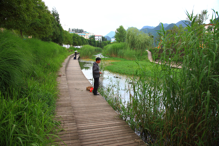 An angler fishes in the Shuicheng River in Liupanshui City, China. The once-polluted river was cleaned up during a restoration project that saw the waterway and the Minhu Wetland Park restored to a more natural habitat. Photo courtesy of Kongjian Yu/Turenscape.