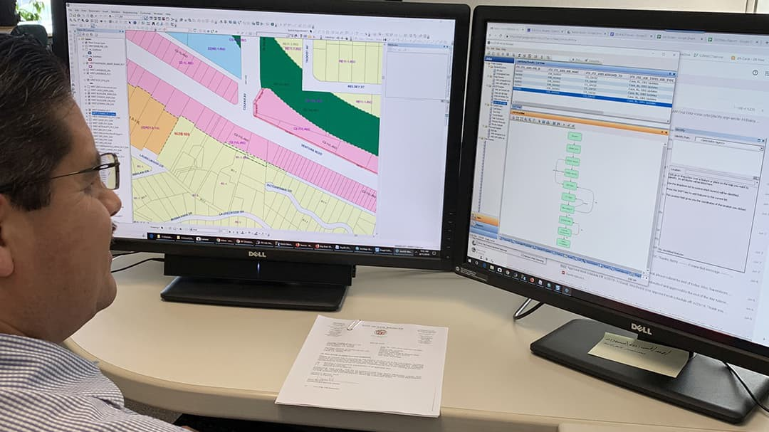 GIS Supervisor, Cruz Ortiz, edits the zoning feature class in a Workflow Manager job.